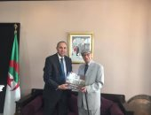 منح عبد المعطى حجازى وسام الاستحقاق الجزائرى ضمن 29 شخصية أدبية