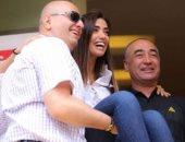 لبنانيون يحملون المرشحة جيسيكا عازار فى أحد مراكز الاقتراع