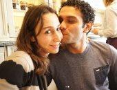 آسر ياسين يقبل زوجته على إنستجرام