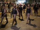 صور.. القوات الباكستانية تتدخل لفض اشتباكات بين أنصار الأحزاب السياسية