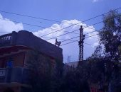 صور.. كابلات الكهرباء وسط منازل قرية محلة بشر فى البحيرة والأهالى يستغيثون