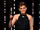 صور.. كريستين ستيورات تظهر على مسرح مهرجان كان بفستان أسود
