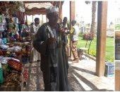 الرزق يحب الخفية.. بائعو السوق السياحى بالنوبة يروجون لبضائعهم على الربابة