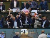 """نواب إيرانيون يهتفون """"الموت لأمريكا"""" بعد وصفها بأنها """"إرهابية"""""""