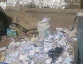 القمامة تعوق حركة المواطنين أمام محطة مترو فيصل