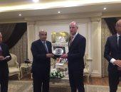 """رئيس """"العربية للتصنيع"""" يمنح وزير خارجية هولندا درع الهيئة"""