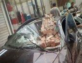 تحطم سيارة بعد انهيار سور بلكونة عقار عليها بالمنصورة