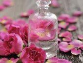 ماء الورد ملطف لاحمرار الوجه ومضاد للتجاعيد