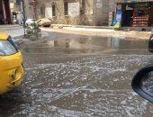 صور.. قارئ يشكو من انتشار مياه الصرف والقمامة بشارع ترعة الجبل بالمطرية