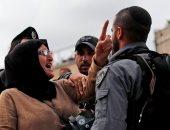 صورة اليوم.. مسنة فلسطينية تواجه جنود الاحتلال المدججين بالأسلحة فى القدس