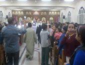 """صور.. حشود بكنيسة """"العور"""" بالمنيا لاستقبال رفات شهداء ليبيا وسط الزغاريد"""
