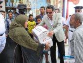 صور.. مدير أمن الإسماعيلية يوزع كراتين رمضان على الأسر الفقيرة