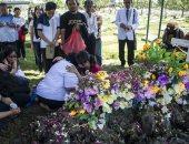 """صور.. إندونيسيون يودعون ضحايا هجمات """"سورابايا"""" بالورود"""