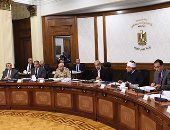 رئيس الوزراء يستهل اجتماع الحكومة بتقديم التهنئة للسيسى والشعب بشهر رمضان - صور