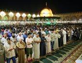 صور.. صلاة التراويح وسط أجواء إيمانية فى جامع عمرو بن العاص