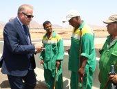 صور.. محافظ جنوب سيناء يزور عمال المشروعات ويأمر بصرف مكافآت وكراتين رمضان
