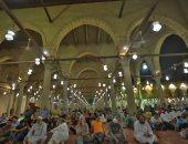 الآلاف يؤدون صلاة التراويح بجامع عمرو بن العاص