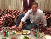المتحدث باسم حكومة بريطانيا بالشرق الأوسط ينشر صورة لتناوله السحور فى دبى
