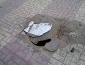بالوعة مكشوفة تهدد المارة خلف كلية طب الأسنان فى الإسكندرية