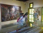 صور.. وفد من السياح الإيطاليين يزورون متحف رشيد