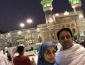 علاء عابد وزوجته الإعلامية بسمة وهبة يؤديان مناسك العمرة