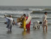 باكستانيون يهربون من حر الصيف إلى الشواطئ