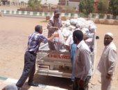 صور.. توزيع مساعدات غذائية على المستحقين بمركز بلاط فى الوادى الجديد