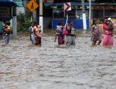 صور.. سريلانكا تغرق فى مياه الفيضانات وشلل تام بالحركة المرورية