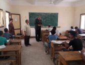 طلاب الدبلومات الفنية بأسوان يشكون ارتفاع درجات الحرارة أثناء أداء الامتحان.. صور