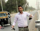 """صور.. """"تمر المصريين"""" يغزو سيارات المارة بشوارع المحروسة"""