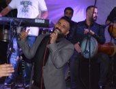 """فيديو.. أحمد سعد يسجل أغنيته الجديدة لكأس العالم """"فى العالم ناس"""""""