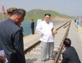 صور.. زعيم كوريا الشمالية يتفقد خطا للسكك الحديدية بعد اكتماله