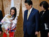 صور.. رئيس وزراء اليابان يشارك فى إهداء بطلة أولمبية روسية كلبا