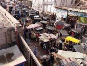 فوضى الباعة الجائلين والتكاتك تحاصر محطة مترو عزبة النخل