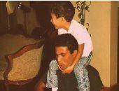 هيثم أحمد زكى ينشر صورة نادرة مع والده.. ويعلق: الله يرحمك يا أغلى الناس