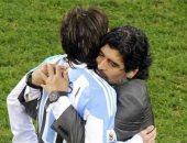 مارادونا وميسي.. علاقة متقلبة بين أفضل ثنائي فى تاريخ الأرجنتين
