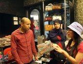 أشهر بائع عباءات فى الحسين: أصمم بيدى المعروضات واتعلمت من الشارع والأجانب