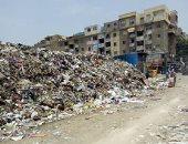 صور.. عربة كارو تلقى مخلفات بناء بشارع بورسعيد.. وتلال قمامة بحدائق القبة