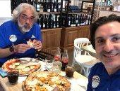 أحمد ناجى ينشر صورة أثناء تناوله البيتزا الإيطالى بصحبة محمود فايز