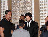 """فيديو.. حسام غالى يستقبل عزاء نجل فضل.. وأمير كرارة ونجوم الرياضة """"أول الحاضرين"""" - صور"""