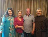 صور.. رئيس الكاثوليكى للسينما يصطحب نهال عنبر وشيرين للاطمئنان على لطفى لبيب