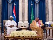 صور.. العاهل السعودى يبحث مع رئيس جامبيا العلاقات الثنائية بين البلدين