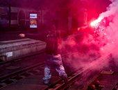 صور.. الشرطة الفرنسية تشتبك مع محتجين داخل محطات السكك الحديدة بباريس