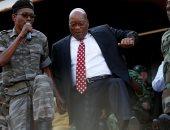 صور.. رئيس جنوب أفريقيا السابق يرقص مع أنصاره بعد تأجيل قرار محاكمته