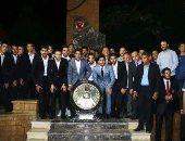 صورة تذكارية للاعبى الأهلي مع الدرع الـ 40 أمام النصب التذكارى للشهداء
