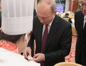 فيديو .. الرئيس الروسى يتناول إحدى المأكولات الشعبية فى الصين