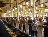 توافد مئات المصلين على الأزهر والحسين لأداء صلاة عيد الفطر المبارك