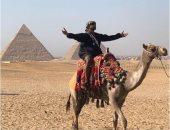 صور.. آشر يظهر فى إطلالة جديدة خلال زيارته أهرامات الجيزة