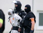 صور.. الشرطة الألمانية تنقل شاب عراقى اعترف بقتل فتاة إلى السجن
