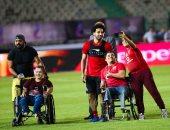 الجماهير تلتقط صورا مع لاعبى المنتخب باستاد القاهرة